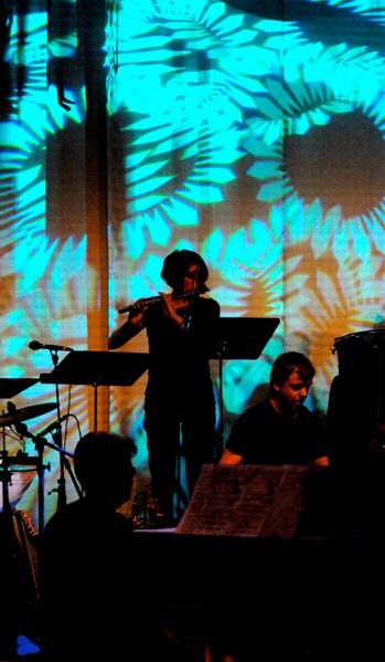 Sofia spelar flöjt i introt till Nordman-låten